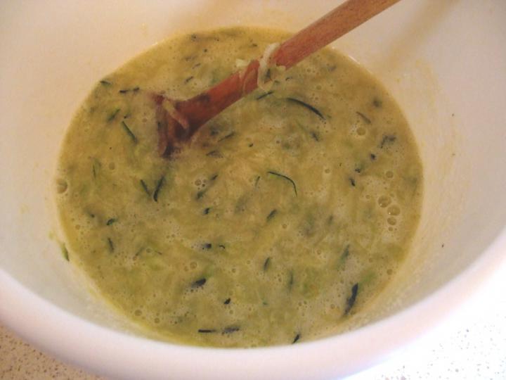 Cukkinis-diós muffin elkészítés 3. lépés képe