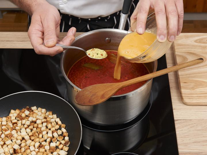 Rántott leves pirított kenyérkockával, tojásleves elkészítés 3. lépés képe