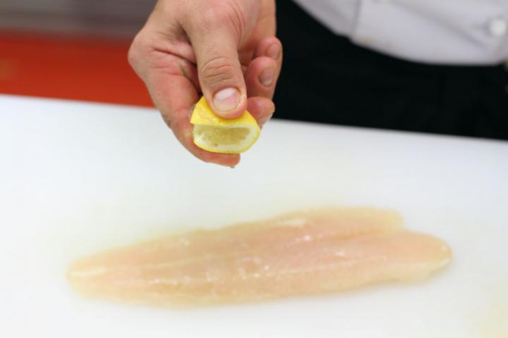 Sárga tőkehal burgonyaágyon sütve elkészítés 1. lépés képe