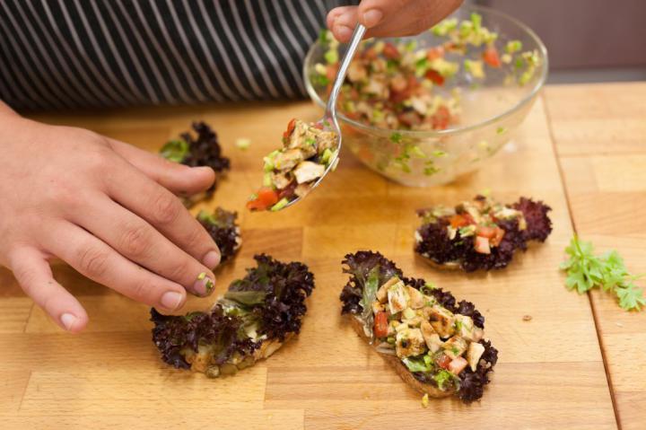 Mini szendvicsek grillezett csirkével és avokádóval elkészítés 4. lépés képe