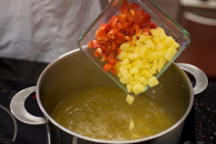 Burgonyás kaliforniai paprika leves elkészítés 2. lépés képe