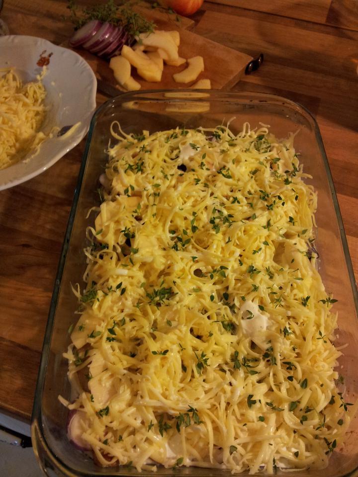 Almás- sajtos- hagymás rakott karaj elkészítés 3. lépés képe