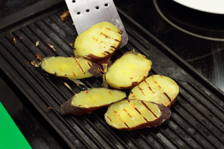 Grillezett burgonya saláta szűzpecsenyével elkészítés 3. lépés képe