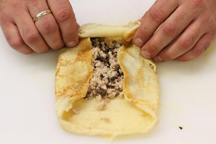 Hússal és gombával töltött palacsinta elkészítés 5. lépés képe