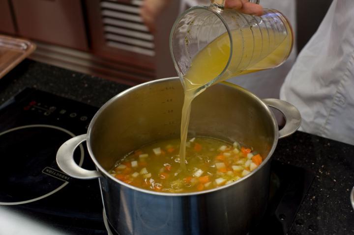 Zöldségleves paprikával elkészítés 1. lépés képe