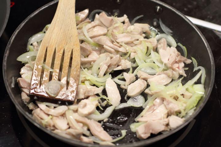 Hússal és gombával töltött palacsinta elkészítés 2. lépés képe
