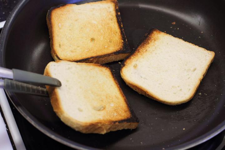 Club sandwich csirkével, baconnel és tojással elkészítés 1. lépés képe