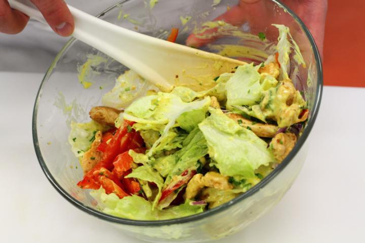 Curry-s csirkesaláta elkészítés 4. lépés képe