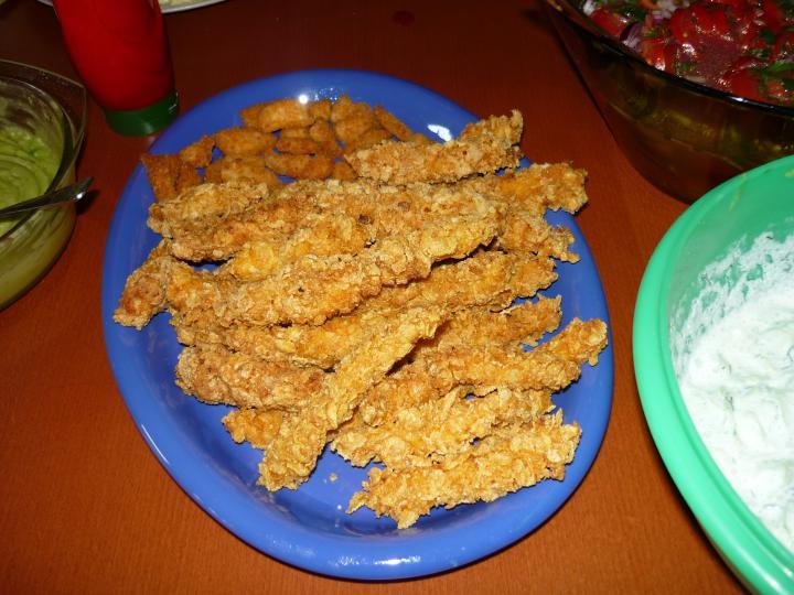 Cornflakeses csirkemellcsík krumlipürével elkészítés 1. lépés képe