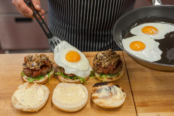 Hamburger tükörtojással és pirított gombával elkészítés 5. lépés képe