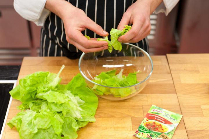 Tavaszi saláta metélőhagymával elkészítés 1. lépés képe