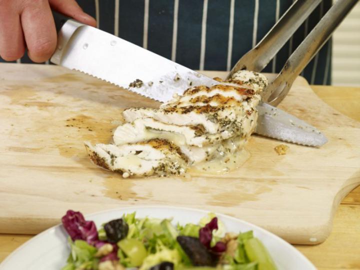 Saláta camemberttel és aszalt szilvával töltött csirkével elkészítés 6. lépés képe