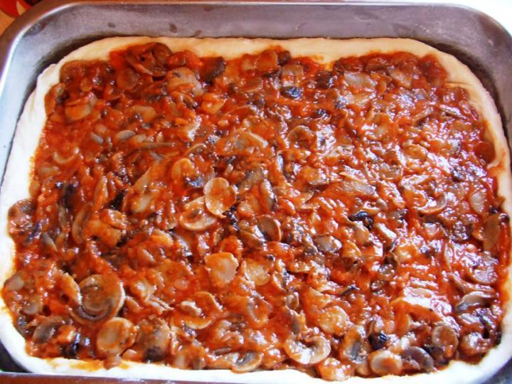 Gombás-ketchupos pizza elkészítés 5. lépés képe