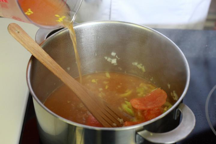 Olasz paradicsomleves tésztával elkészítés 5. lépés képe