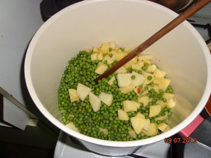 Zöldborsós burgonya főzelék nagymama módra elkészítés 2. lépés képe