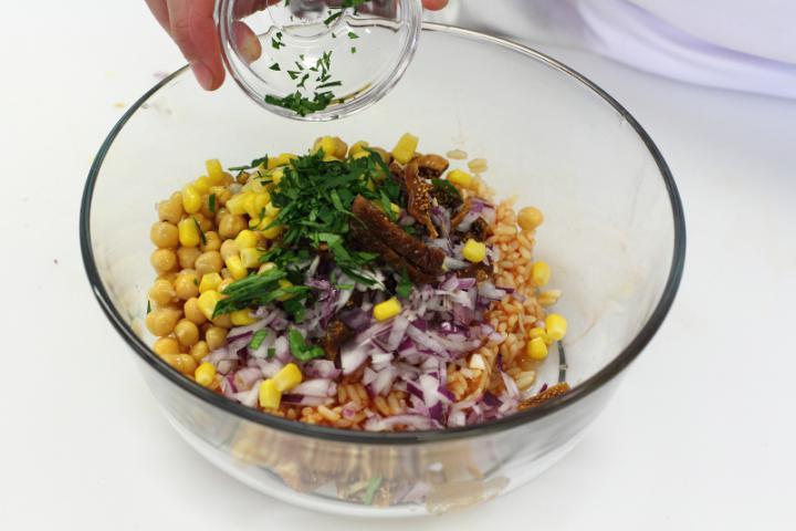 Marokkói csirke saláta paradicsomos rizzsel,csicseriborsóval és fügével elkészítés 3. lépés képe