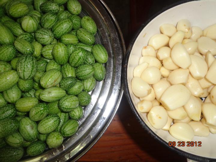 Mini uborka fokhagymával télire elkészítés 1. lépés képe