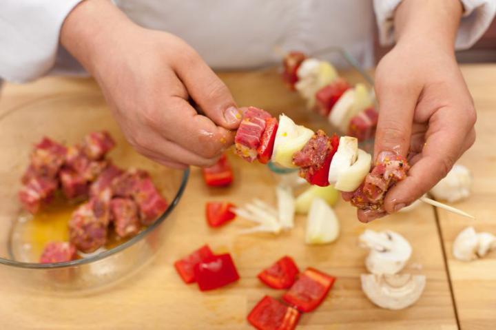 Sertésnyárs gombával és zöldségekkel elkészítés 3. lépés képe