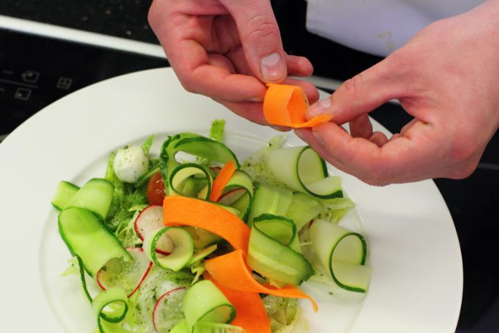 Mozzarella saláta zöldség szalagokkal elkészítés 5. lépés képe