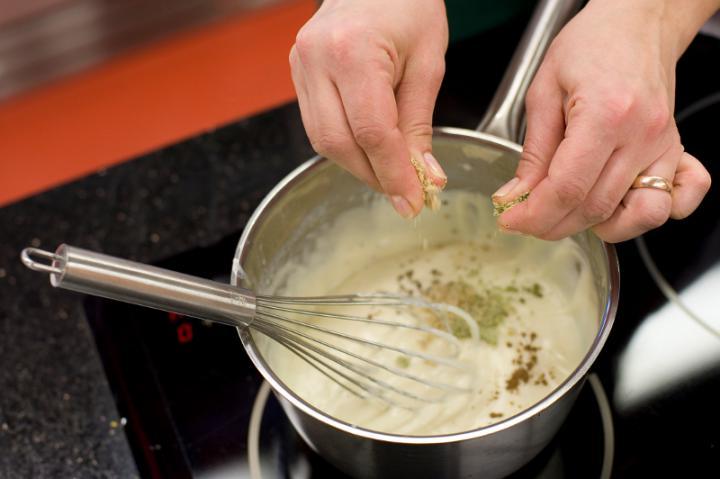 Főtt karfiol sonkás, tojásos fehér mártással elkészítés 3. lépés képe