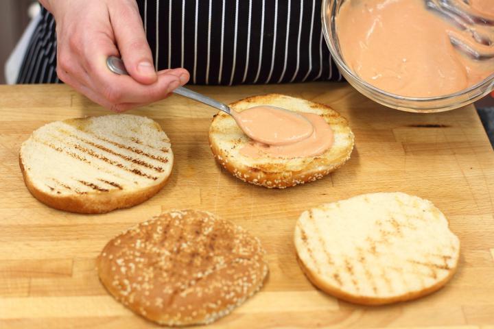 Klasszikus hamburger elkészítés 3. lépés képe