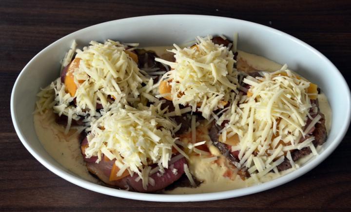 Tarjaszeletek sajttal, sonkával és birsalmával sütve elkészítés 5. lépés képe