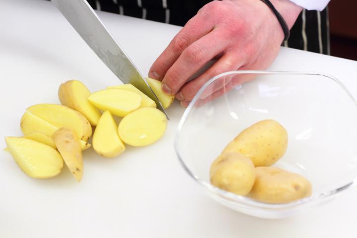 Sült csirkecombok zöldségekkel elkészítés 4. lépés képe
