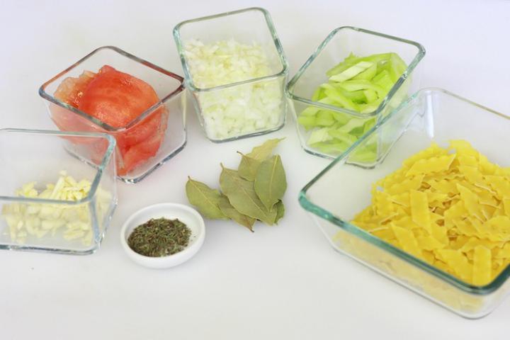 Olasz paradicsomleves tésztával elkészítés 1. lépés képe