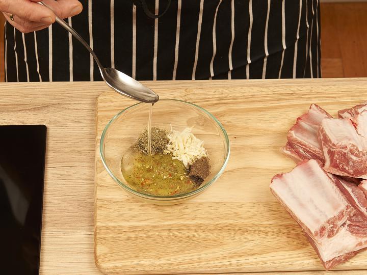 Sült oldalas hagymás burgonyával elkészítés 1. lépés képe
