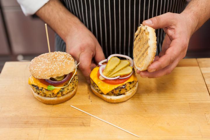 Szaftos pulyka sajtburger elkészítés 4. lépés képe