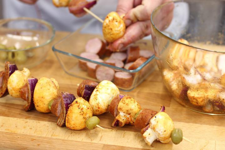 Saslik kolbásszal és gombával elkészítés 2. lépés képe