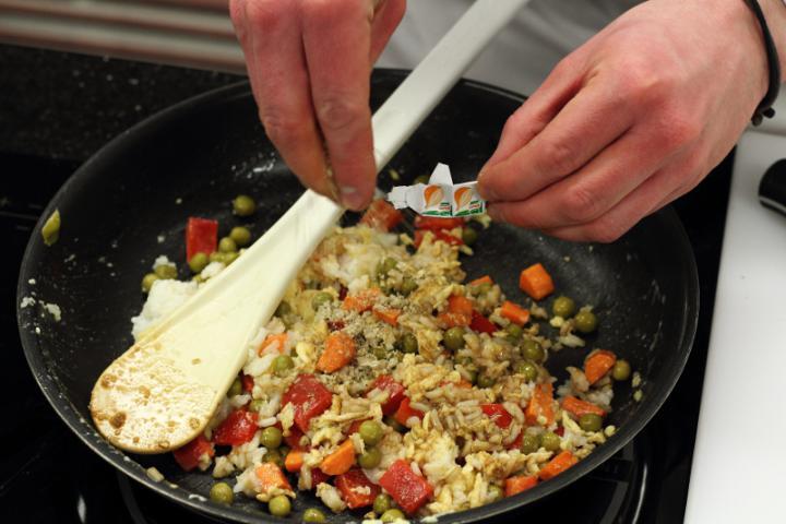 Sült rizs zöldségekkel és tojással elkészítés 4. lépés képe