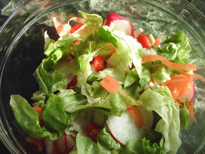 Fűszeres csirkedarabok bécsiesen, pikáns salátával elkészítés 4. lépés képe