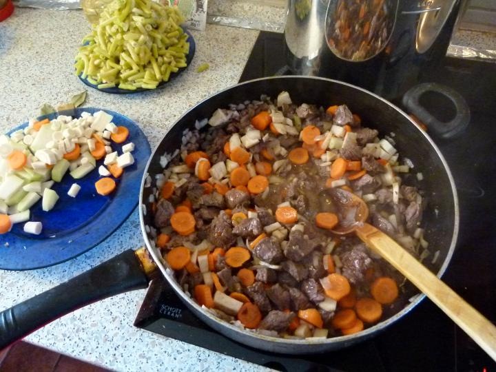 Zöldbabos gulyásleves elkészítés 3. lépés képe