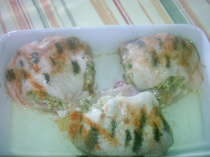 Töltött csirke, hagymás burgonyával, vegyes savanyúsággal elkészítés 2. lépés képe
