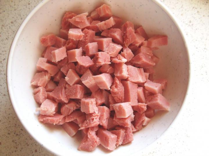 Kapros-tejfölös kenyérlángos lilahagymával és tarjakockákkal elkészítés 6. lépés képe