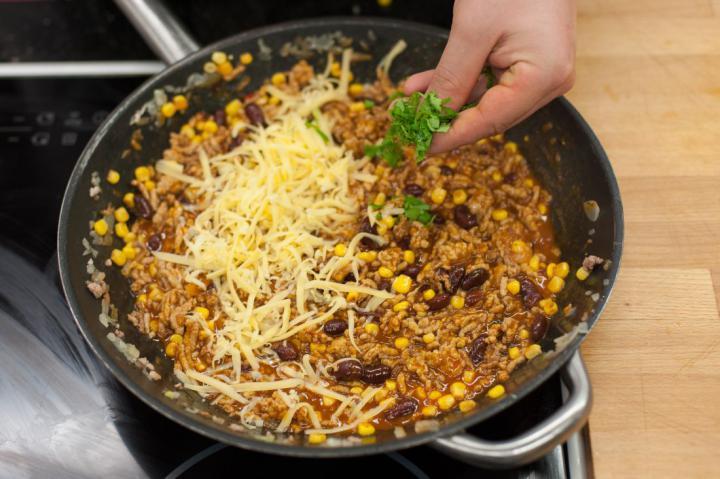 Chili con carne tortillában elkészítés 4. lépés képe