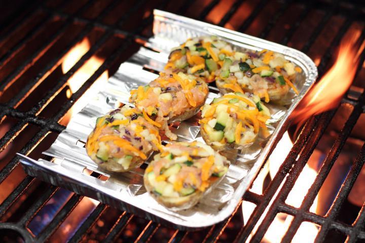 Ropogós krumplihajók cukkinivel és füstölt lazaccal töltve elkészítés 4. lépés képe