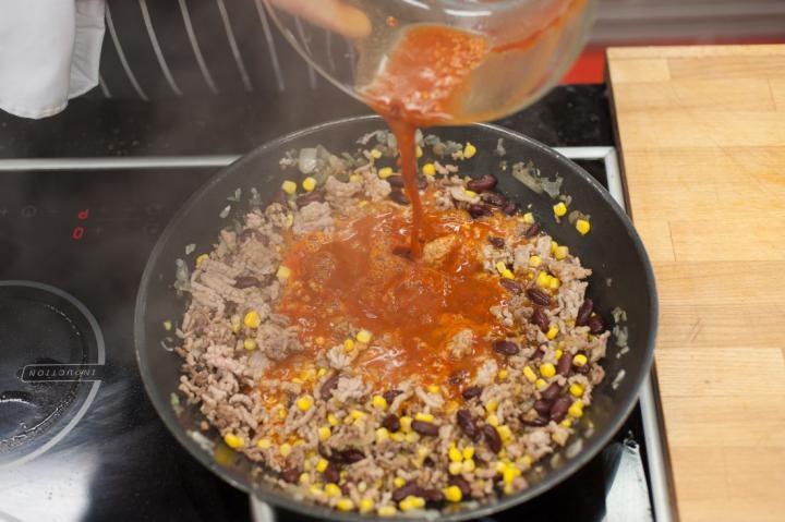 Chili con carne tortillában elkészítés 3. lépés képe