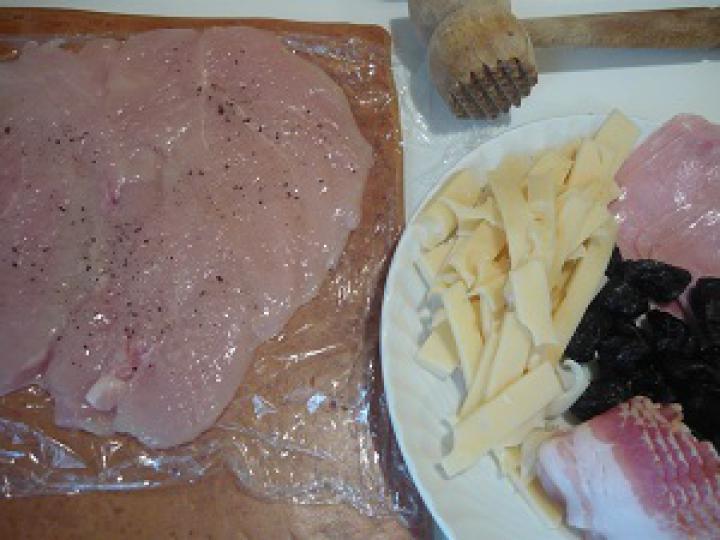 Aszalt szilvával töltött csirkemell bacon köntösben elkészítés 1. lépés képe
