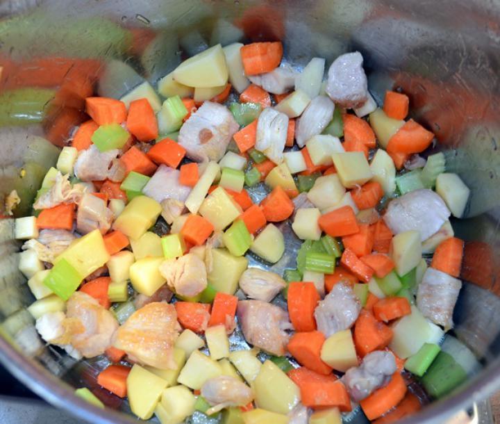 Tavaszi sajtkrémes csirkeragu leves elkészítés 4. lépés képe