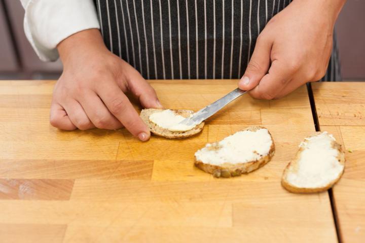 Mini szendvicsek grillezett csirkével és avokádóval elkészítés 1. lépés képe