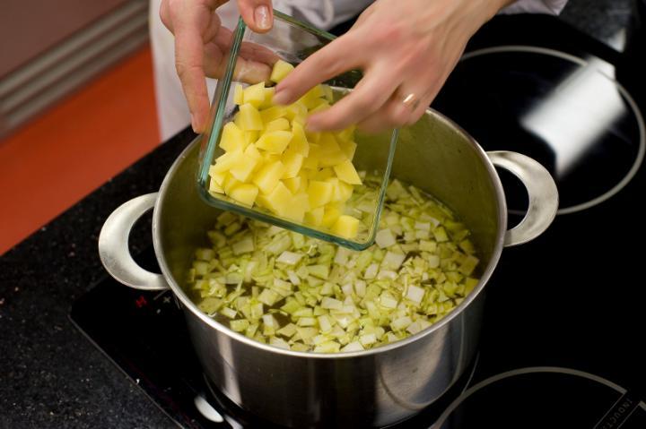 Zöldséges-kukoricás leves curryvel elkészítés 3. lépés képe