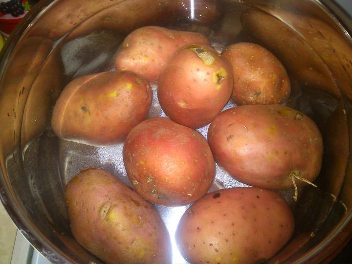 Rakott krumpli gazdagon elkészítés 2. lépés képe