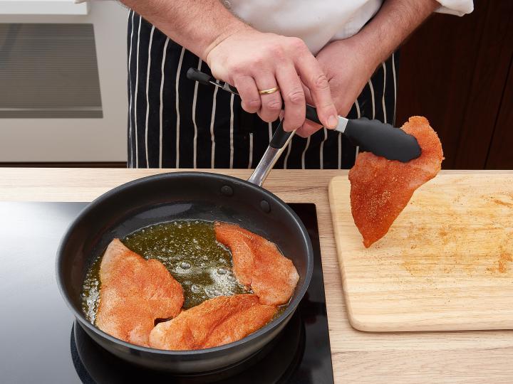 Mozzarellás csirkemell szeletek joghurtos salátával elkészítés 2. lépés képe