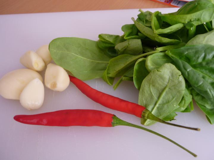Tejszínes-spenótos spagetti elkészítés 1. lépés képe