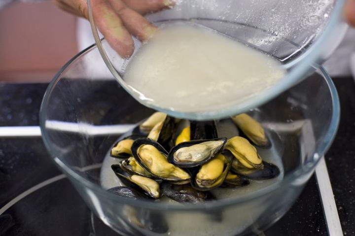 Tengeri sügér kagylóval és kolbásszal elkészítés 2. lépés képe