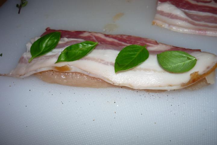 Csirkemell baconnel és bazsalikommal elkészítés 1. lépés képe
