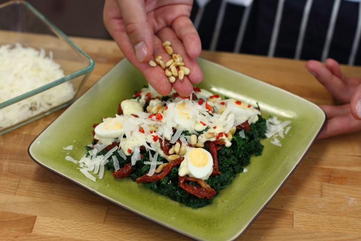 Kelkáposzta saláta fürjtojással és aszalt paradicsommal elkészítés 3. lépés képe