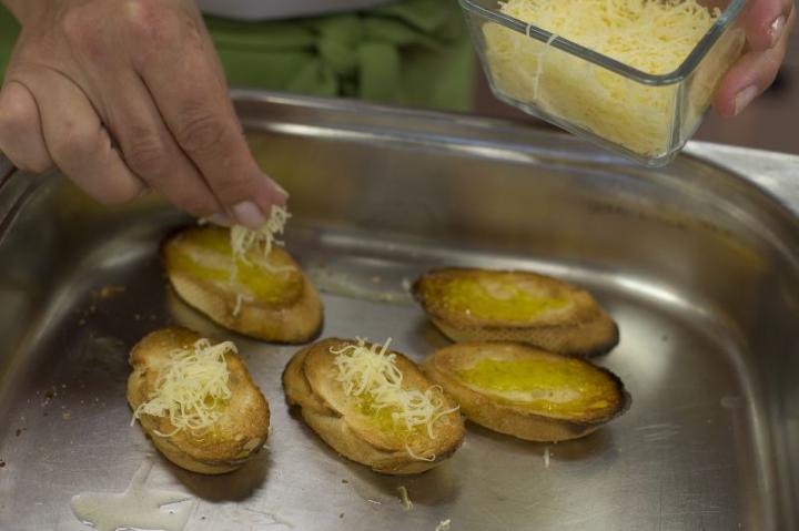 Spanyol paradicsomleves fokhagymás krutonnal elkészítés 6. lépés képe